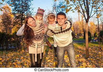 quatre, gosses, famille, ensoleillé, parc, deux, avoir, automne, chaud, amusement, jour