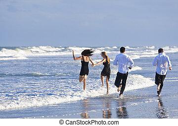 quatre, jeunes, deux couples, amusant, sur, a, plage