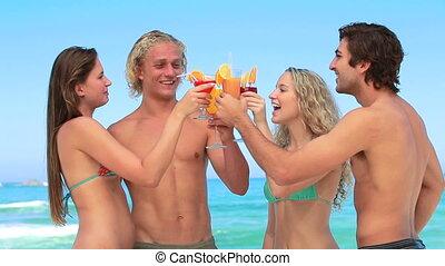 quatre, jouir de, cocktails, amis, ensemble