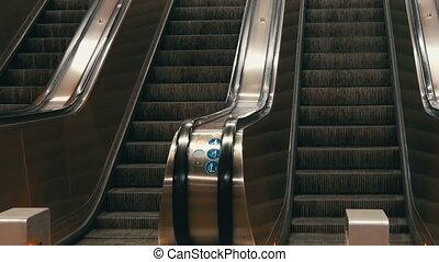 quatre, moderne, couloirs, escalator, gens, grand, déplacer haut, subway., sans, abandonné, bas