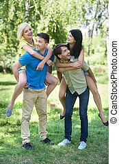 quatre, parc, jeune, ensemble, gai, park., amusement, amis, avoir