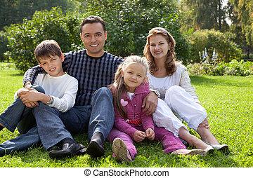 quatre personnes, famille heureuse, dehors