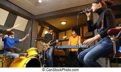 quatre personnes, groupe, studio, musical