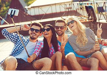 quatre personnes, selfie, séance, jeune, toit, quoique, gai, téléphone, liaison, autre, capturer, moment., chaque, confection, sommet, intelligent, vue