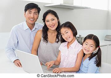quatre, portrait, ordinateur portable, famille, cuisine