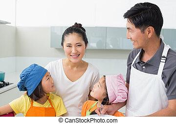 quatre, sourire heureux, famille, cuisine