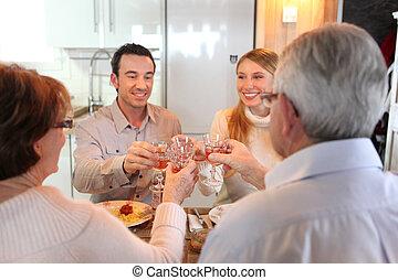 quatro, adultos, fazer, um brinde, em, jantar