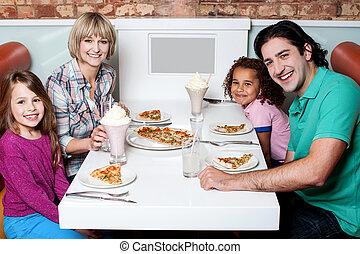 quatro, alegre, jantar, desfrutando, família
