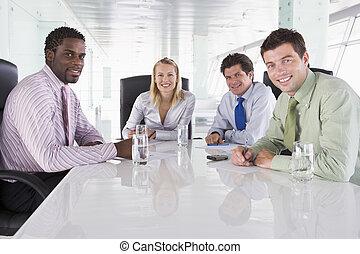 quatro, businesspeople, em, um, sala reuniões, sorrindo
