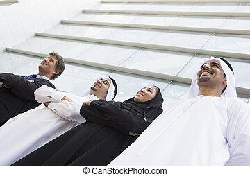 quatro, businesspeople, ficar, ao ar livre, por, predios, sorrindo, (selective, focus)