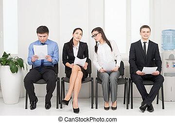 quatro, diferente, pessoas, esperando, para, interview., olhar, nervosa