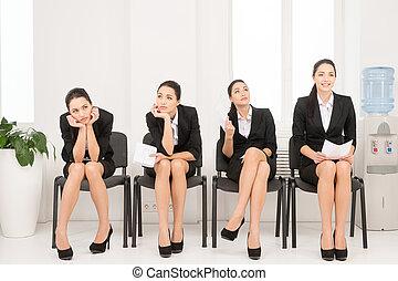 quatro, diferente, poses, de, uma mulher, esperando, para, interview., sentar-se escritório, ligado, chair.