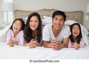 quatro, família, cama, alegre, retrato, mentindo
