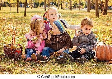 quatro, feliz, jogar crianças, em, outono, parque, com, frutas