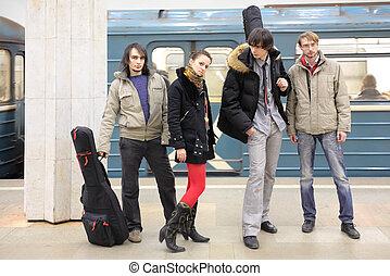 quatro, jovem, músicos, em, estação metro