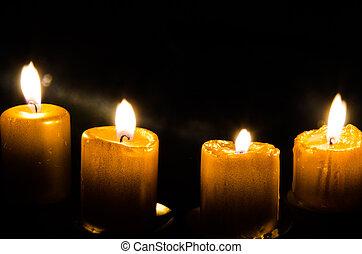 quattro, candele bruciando
