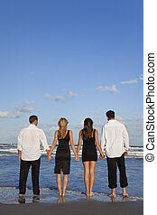 quattro, giovani persone, due coppie, tenere mani, su, uno, spiaggia