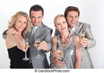 quattro persone, festeggiare