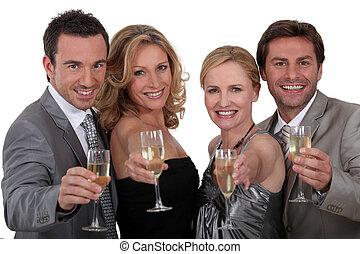 quattro persone, tostare, successo