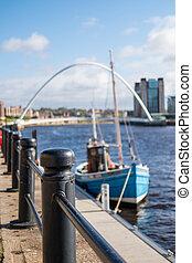 quayside, wzdłuż, tyne rzeka, w, newcastle., z, zamazany wizerunek, od, łódka, i, gateshead, millennium most, na tle, .