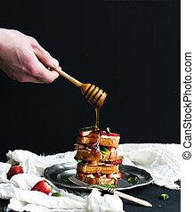 queso, torre, el verter encima, menta, él, francés, mano, miel, fresa, tostadas, cima, crema