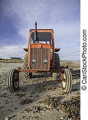 quirky, strand, röd traktor