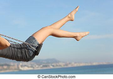 quitado, pelo, mujer, balanceo, piernas, playa