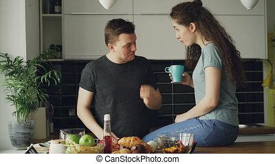 quoique, alimentation, légumes, cuisine, jeune, matin, fourmi, conversation, découpage, sien, séduisant, homme, petite amie, petit déjeuner, heureux, home., couple, cuisine