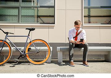 quoique, banc, jeune, dehors, séance, messagerie, smartphone, élégant, homme
