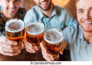 quoique, barre, séance, success!, hommes, trois, ensemble, jeune, bonne disposition, bière, sommet, usure, vue, grillage, désinvolte, heureux
