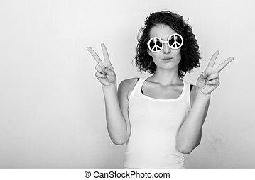 quoique, coup, beau, donner, mur, peint, porter, studio, deux, contre, signe, paix, adolescent, vert, mains, girl, lunettes soleil