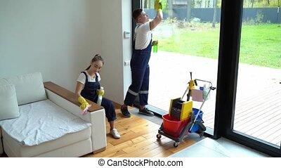 quoique, emmagasiner nettoyage, prendre, plaisir, équipe travail