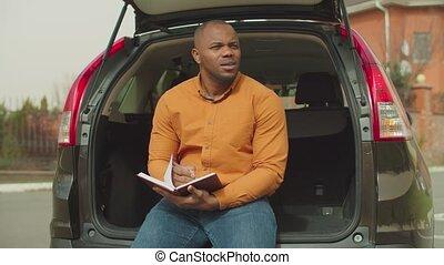 quotidiennement, voiture, écriture, homme assis, coffre, bas, horaire