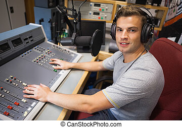 rádio, sorrindo, moderating, anfitrião, bonito