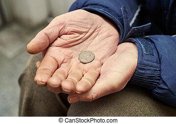 räcker, av, tiggare, med, penny peng, tiggande, för, pengar