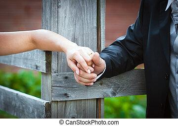 räcker, par, gift, ung, holdingen, bröllop dag