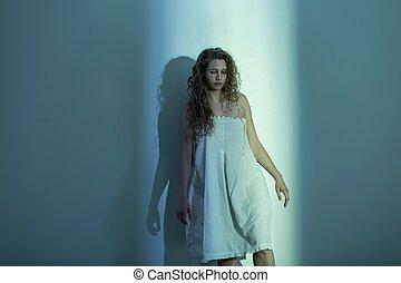 rädd, kvinna, rum, tom
