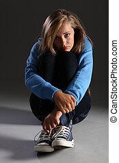 rädd, tonåring, flicka, på, golv, stressa, och, allena