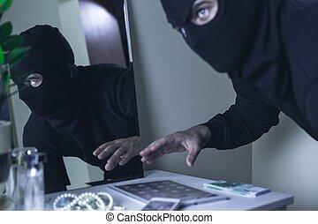 rånare, in, maskera, under, inbrott