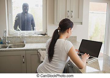 rånare, tittande vid, kvinna använda laptop, genom fönster