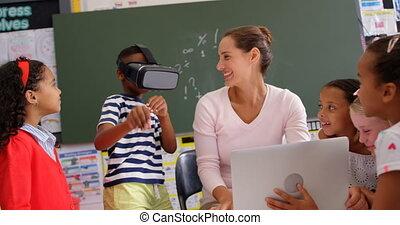 réalité, casque à écouteurs, africaine, vue, camarades classe, virtuel, utilisation, américain, écolier, prof, devant