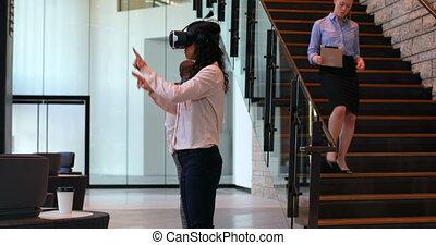 réalité, casque à écouteurs, virtuel, utilisation, femme ...