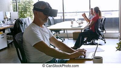 réalité, ordinateur portable, casque à écouteurs, bureau, virtuel, utilisation, cadre mâle, 4k
