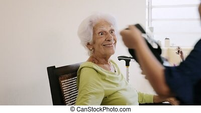 réalité virtuelle, à, heureux, grand-mère, et, grandaughter, jouer, sourire, rire