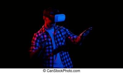 réalité virtuelle, sombre, studio, homme, mouvements, hands., lunettes