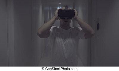 réalité virtuelle, usages, couloir, homme, lunettes