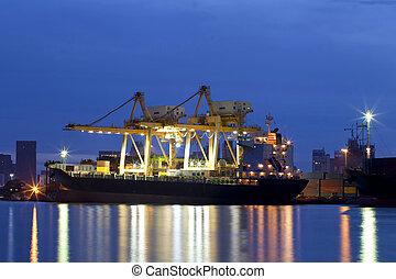 récipient, cargaison, bateau fret, à, fonctionnement, grue