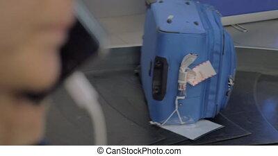 réclamation, femme, région bagages, téléphone, conversation, aéroport