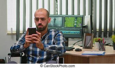 rédacteur, smartphone, fauteuil roulant, texting, vidéo