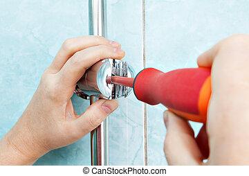 réglable, angle, shower., ouvrier, tournevis, main, ajuster, support, parenthèse